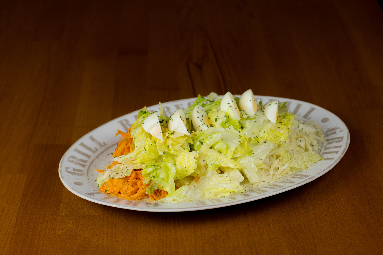 Großer Salat mit Ei