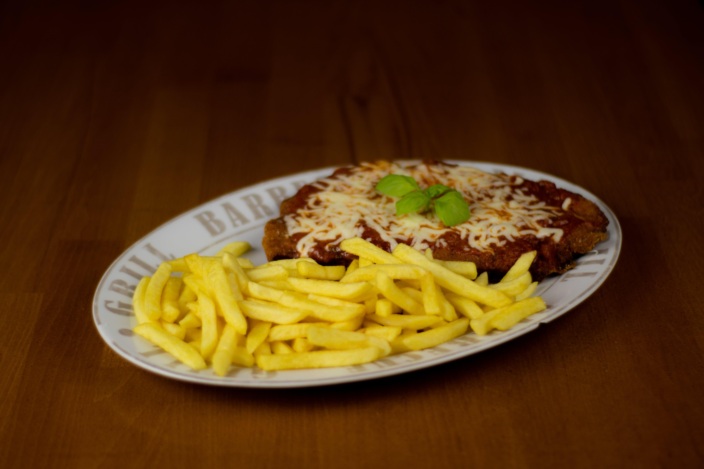 Parmesan-Schnitzel mit Pommes