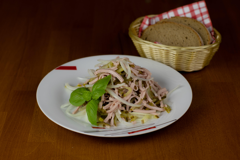 Wurstsalat mit Brot